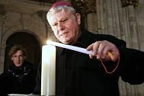 Betlémské světlo dorazilo v pátek 21. prosince 2012 do katedrály sv. Víta v Praze.