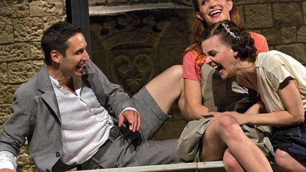Mezi nejoblíbenější letní shakespearovské hry patřil minulý rok Sen noci svatojánské, ve kterém si zahráli Martin Písařík (Lysandr), Hana Vagnerová (Hermie) a Zuzana Stavná (Helena).