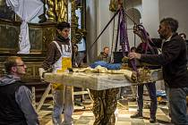 Velehradský sochař Otmar Oliva instaloval 17. října se svými spolupracovníky novou výzdobu do Chrámu Panny Marie Vítězné na pražské Malé Straně.