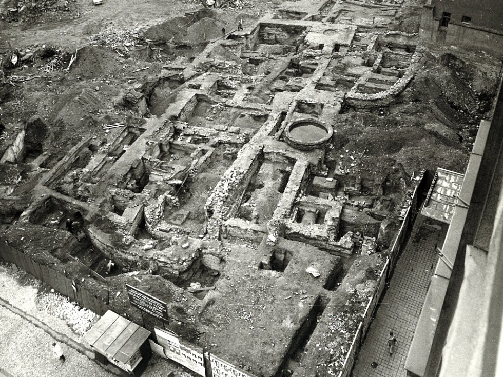 Archivní snímek zachycující počátek výstavby obchodního domu Kotva na náměstí Republiky v Praze.