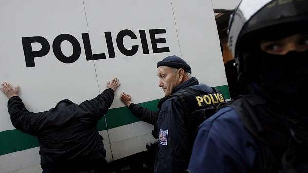 Dopadený mladistvý násilník. Podobných situací mohou pražští policisté dokládat celou řadu. Někdy se zadržení mladistvých pachatelů neobejde bez donucovacích prostředků.