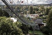 Fotografie k výročí 15. let od ničivých povodní 2002 v Praze. Snímek je z 9. srpna z pražské zoologické zahrady. Na snímku lanovka a celkový pohled na zahradu.
