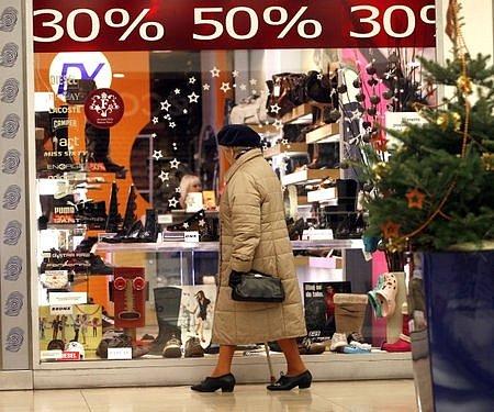 Jen co skončil Štědrý večer a sním nadělování dárků pod stromečkem, v obchodech začaly mohutné slevy. Povánoční 50% slevy v obchodech berou zákazníci jako již něco běžného.