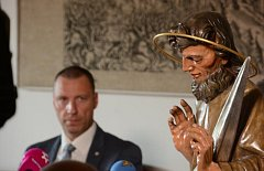 Staroměstký orloj skrýval tajemství v podobě dopisu sochaře umístěného v těle apoštola Tomáše.