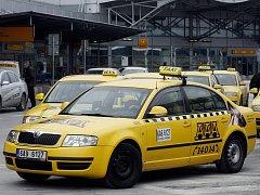 STARONOVÝ VÍTĚZ. Společnosti Fix a AAA radiotaxi budou vozit pasažéry z letiště dalších pět let.