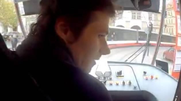 Pražský tramvaják Josef Chodounský alias Rezistor zaujal videem se záchranou chlapce. Dopravní podnik s ním chystá spolupráci.