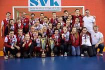 VÝBORNÁ PARTA. Radost z vytoužených zlatých medailí si hokejistky a hokejisté  SK Slavia Praha vychutnávali společně.