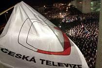 Před budovou zpravodajství České televize na Kavčích horách v Praze se (na archivním snímku z 1. ledna 2001) shromáždili lidé, aby vyjádřili podporu stávce vyhlášené nezávislou odborovou organizací ČT.