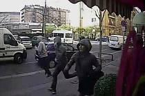 Detektivové z krajského ředitelství pátrají po čtveřici mužů, kteří mají na svědomí loupežné přepadení ve zlatnictví na Praze 3.