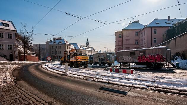 VÝLUKA. Rekonstrukce tramvajové trati v Chotkově ulici v Praze.