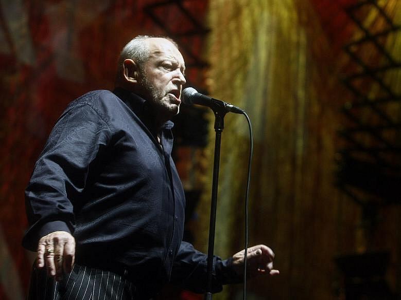 Legendární britský zpěvák Joe Cocker vystoupil 18. listopadu 2010 v pražské O2 areně, kde představil svojí tvorbu a písně z aktuální desky Hard Knocks.