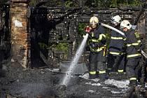 Mezi pražskými částmi Štěrboholy a Dubeč vypukl 14. srpna požár nelegální skládky.
