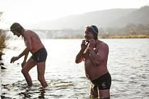 Při otužileckých závodech se 1. února u Vltavy v pražském Braníku sešlo 190 domácích i zahraničních plavců