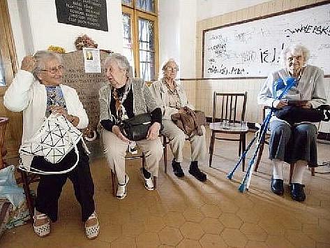 ZPĚT NA MÍSTĚ ČINU. Pamětnice židovských deportací se po sedmdesáti letech vrátily na nádraží Praha Bubny odkud ještě jako děti nuceně odjížděly do koncentračního táboru v Lodži.