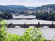 Povodeň v roce 2002. Na snímku pražské mosty, v popředí Karlův most, most Legií, Jiráskův most a Palackého most.