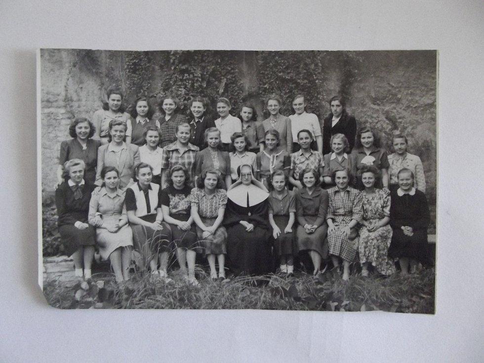 Mezi žákyněmi ošetřovatelské školy boromejek.