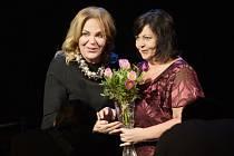 Porodní asistentka Marie Volková převzala z rukou patronky soutěže Dagmar Havlové cenu za celoživotní přínos v ošetřovatelství na galavečeru Sestra roku 2016.