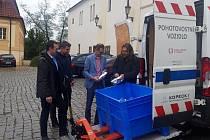 Praha 8 se zapojila do projektu dodávek balené vody postiženým.