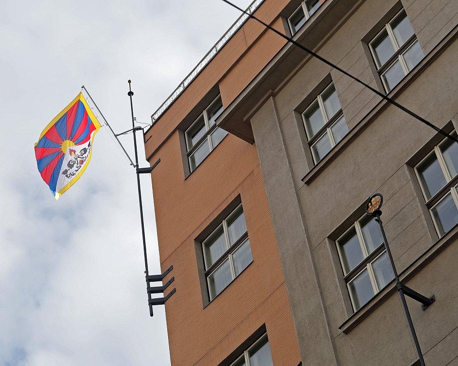 Na budově Úřadu městské části Praha 2 vlaje tibetská vlajka. Dvojka tak symbolicky podporuje Tibet.