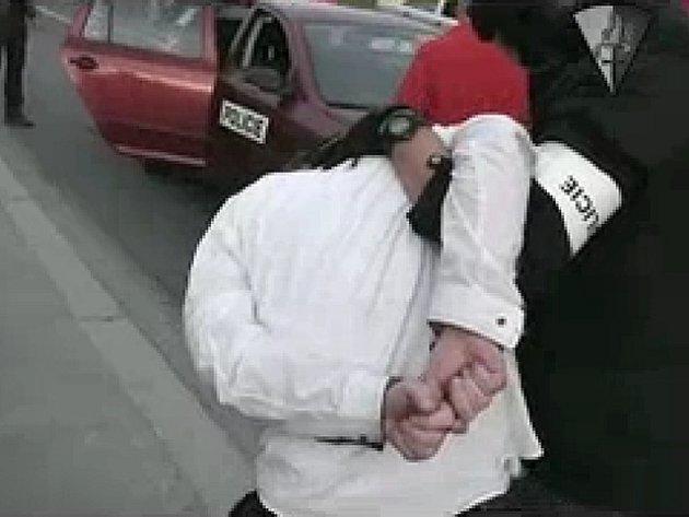Zadržení podezřelého taxikáře ve Střelničné ulici v Praze.