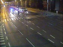 S vytasenými pistolemi vrazili do tramvaje policisté z pohotovostní motorizované jednotky poté, co si je krátce po půlnoci přivolala na pomoc řidička mající obavy z nebezpečně vyhlížejícího pasažéra.