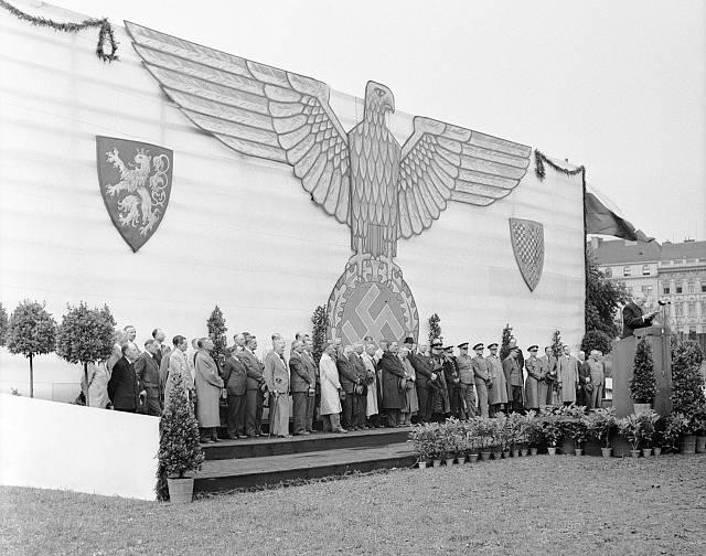 Stadion Slavia na Letné byl vyzdobený říšskou orlicí během setkání zaměstnanců ministerstva vnitra s ministrem Richardem Biernetem dne 9.6.1942.