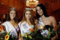 Finále Miss Praha Open 2010 proběhlo 6. listopadu na pražském Žofíně. Na snímku zleva 1. vicemiss Tereza Jinochová, Miss Denisa Domanská, 2. vicemiss Kateřina Suchárová.
