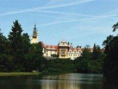 ARCHITEKTONICKÁ DOMINANTA parku. Průhonický zámek nechal koncem 19. století přestavět hrabě Arnošt Silva-Tarouca.