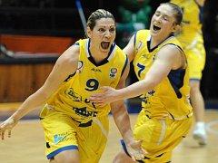 SPADLO TO TAM! Štastná střelkyně Evanthia Maltsiová (vlevo) vrátila svým hodem z půle finále do Brna.