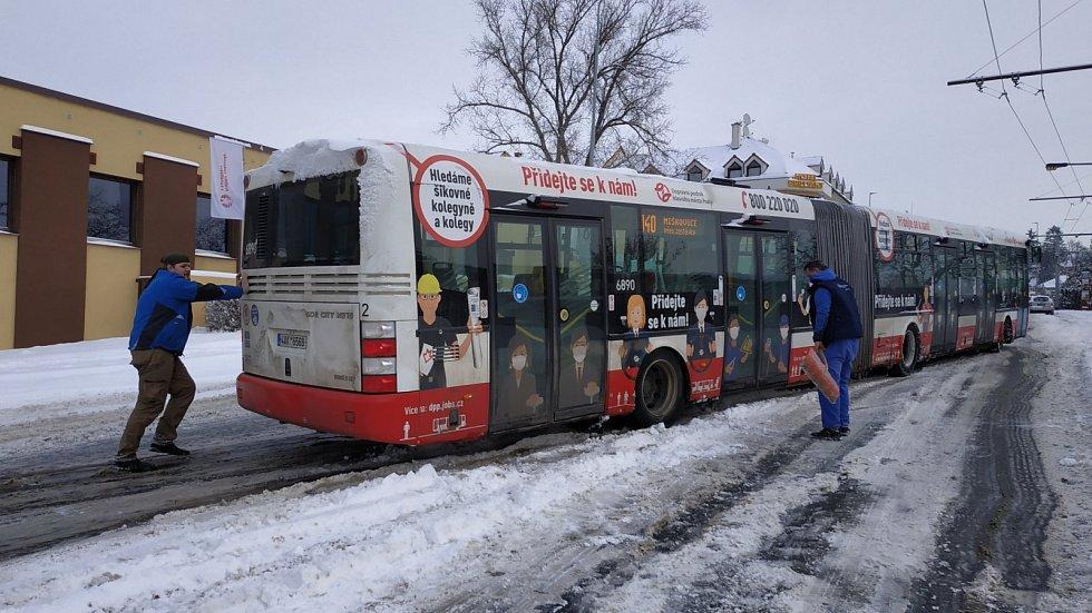 Sněhová kalamita způsobila 8. února 2021 problémy ve veřejné dopravě v Praze a okolí. Na snímku je kloubový autobus v Prosecké ulici. Do záchrany se zapojili sami cestující.
