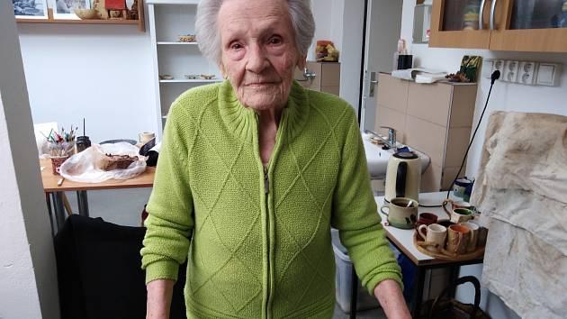 Pražská pamětnice Marie Nováková v Domově pro seniory Chodov ráda vyrábí nejrůznější výrobky z keramiky.