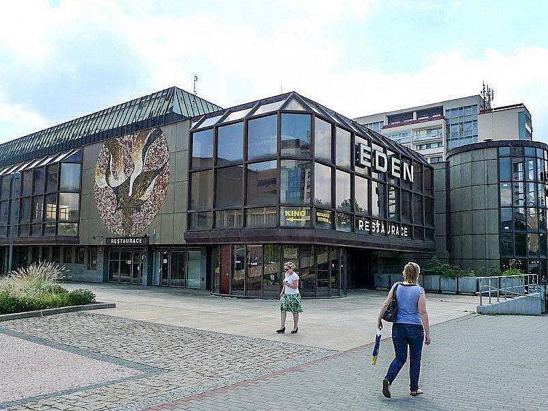Kulturní dům Eden ve Vršovicích chátrá, od roku 2005 je zavřený. Praha 10 uvažuje, co s budovou bude dál.