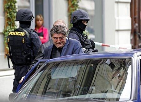 Jan Kočka odjíždí 16. října z policejní rekonstrukce vraždy jeho syna, kterého zastřelil o několi dní dříve podnikatel Ďuričko v restauraci Monarch.