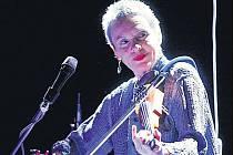 ČERNÉ SVĚDOMÍ NÁRODA. Laurie Andersonová kritizuje ve svých písních politku USA.