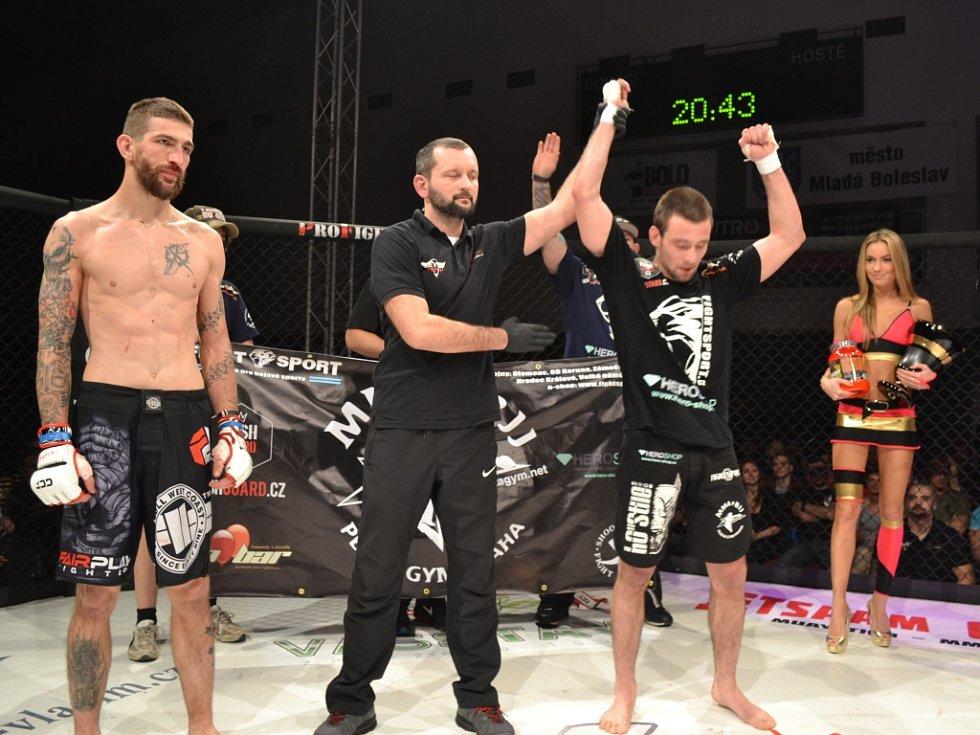 Byl pátek, přesně 20 hodin a 43 minut, když rozhodčí zápasu zvedl jeho ruku nad hlavu. Na znamení vítězství. V tu chvíli se oficiálně stal šampionem asociace GCF v bantamové báze v MMA. Tím šampionem se stal na turnaji GCF 29.