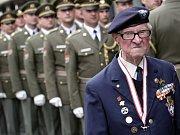Váleční veteráni, pamětníci druhé světové války, političtí a vojenští představitelé v čele s prezidentem Milošem Zemanem (druhý zleva) si 8. května na pražském Vítkově připomněli 70 let od konce druhé světové války.