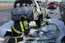 Požár auta na Jižní spojce u Černého Mostu ve směru od Mladé Boleslavi do centra.