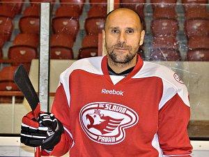 Veterán Pavel Kolařík v dresu HC Slavia Praha.
