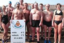 Otužilci ve Vltavě uvítali příchod jara.