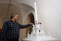 Akademický sochař Petr Váňa s modelem Mariánského sloupu v poměru 1:10.