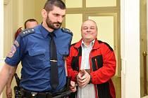 Nepravomocné tresty v kauze dvou zavražděných, jejichž ostatky našli kriminalisté v roce 2013 pod betonem ve stodole v Záhornici na Nymbursku, vynesl ve čtvrtek 21. dubna 2016 Městský soud v Praze. Na snímku jeden z údajných kompliců Václav Štorek.