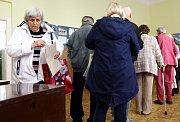 14:00, čas kdy začaly volby 2014 do senátu a zastupitelstva. Na snímku v ZŠ Jarov na Praze 3.