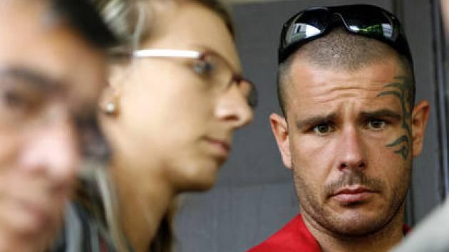 ZA ZAVŘENÝMI DVEŘMI. Robert Rosenberg (vpravo) čelí obžalobě z několika trestných činů, mimo jiné z kuplířství a nedovoleného držení drog.