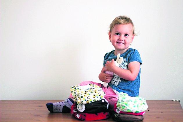 VSUCHU. Dvouletá dcerka Rebeka si látkové plenky rychle oblíbila.