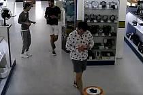 Mladíci hledaní v souvislosti s podvodem při nákupu mobilních telefonů.