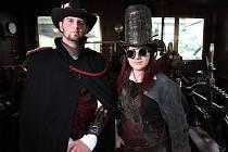Setkání fanoušků sci-fi a fantasy literatury Mimicon 2014 v NTM s podtitulem Plnou parou. V jeho rámci proběhlo setkání Steampunkerů, jehož příznivci dorazili mnohdy i z velké dálky. Na snímku Karel jako Steampunk gentleman a Bára jako Steampunk inženýr