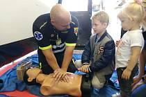 Záchranáři učí veřejnost, jak poskytnout první pomoc.