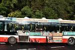 Řidič BMW v Praze naboural do autobusu MHD, od nehody se pokusil utéct.