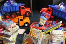 Aby si mohly děti z dětských domovů hrát všechny najednou, dostanou hlavně deskové a společenské hry.