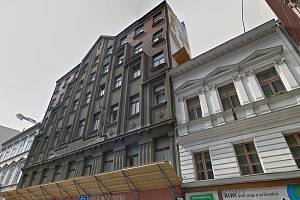Na chátrajícím domě v Jungmannově ulici začaly rekonstrukční práce. Z historické budovy zůstala jen přední fasáda, zbytek byl zbourán.